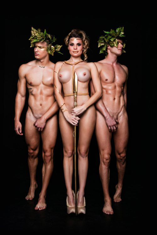María Lapiedra posa desnuda con una lanza junto a dos chicos para Primera Línea