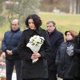Irene (Blanca Romero) acude al entierro de Isaac (Karim El-Karem) y deposita flores en su tumba en la serie 'Física o química'