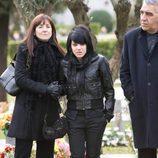 Paula (Angy Fernández) va al entierro de Isaac (Karim El-Karem) en 'Física o Química'