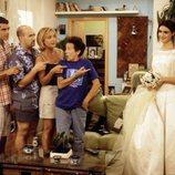 Paz Vega vestida de novia y el resto del elenco mirándola en '7 vidas'