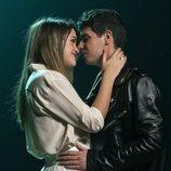 """Alfred y Amaia agarrándose en el rodaje del videoclip de """"Tu canción"""""""