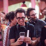 Berto y Sandra miran el móvil en 'Mira lo que has hecho'