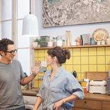 Berto y Sandra se ríen en la cocina en 'Mira lo que has hecho'