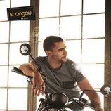 César Mateo ('El accidente') posa sensualmente sobre una moto para Shangay