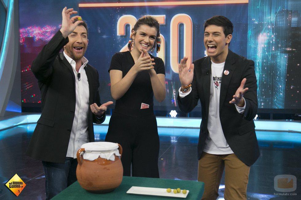 Amaia, Alfred y Pablo Motos, aplaudiendo en 'El Hormiguero'