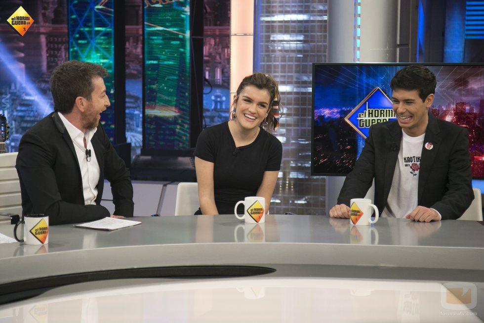 Pablo Motos, Amaia y Alfred, sentados en 'El Hormiguero'