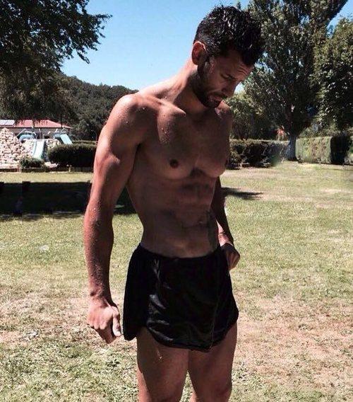 Jorge Pérez con el torso desnudo tras un entrenamiento