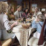 La familia Alcántara reunida en la mesa en el capítulo 335 de 'Cuéntame cómo pasó'