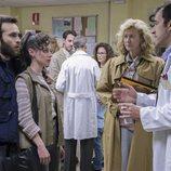 Ricardo Gómez, Elena Rivera y Ana Duato hablan con el médico en el capítulo 335 de 'Cuéntame cómo pasó'