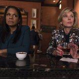 Liz Lawrence y Diane Lockhart en la barra de un bar en 'The Good Fight'