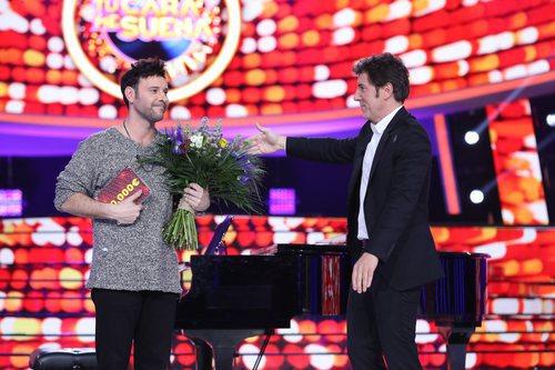 Miquel Fernández recibe la placa del premio tras su victoria en la gala final de 'Tu cara me suena'