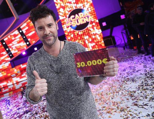 Miquel Fernández posa con el premio tras convertirse en el ganador de la sexta edición de 'Tu cara me suena'