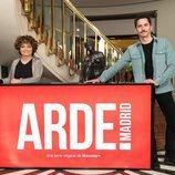 Anna R. Costa y Paco León posan para los medios en la grabación de 'Arde Madrid'