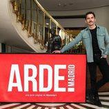 Paco León posa para los medios de comunicación en el rodaje de 'Arde Madrid'