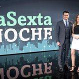Andrea Ropero e Iñaki Lopez posan frente a la pantalla de 'laSexta Noche'