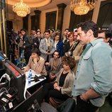 Paco León revisa una grabación de 'Arde Madrid'