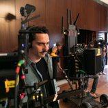 Paco León supervisa el rodaje de 'Arde Madrid'