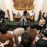 Paco León agradece a los extras tras el rodaje de una escena de 'Arde Madrid'