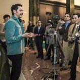 Paco León da instrucciones a los extras de 'Arde Madrid'
