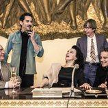 Paco León, junto a Debi Mazar durante el rodaje de 'Arde Madrid'
