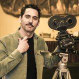 Paco León posa en rodaje de 'Arde Madrid' con una cámara antigua