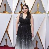 Beanie Feldstein posa en la alfombra roja de los Oscar 2018
