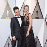 Sam Rockwell y Leslie Bibb posan en la alfombra roja de los Oscar 2018