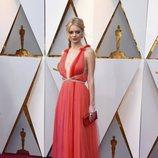 Samara Weaving posa en la alfombra roja de los Oscar 2018
