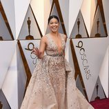 Gina Rodriguez posa en la alfombra roja de los Oscar 2018