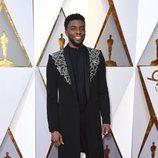 Chadwick Boseman posa en la alfombra roja de los Oscar 2018