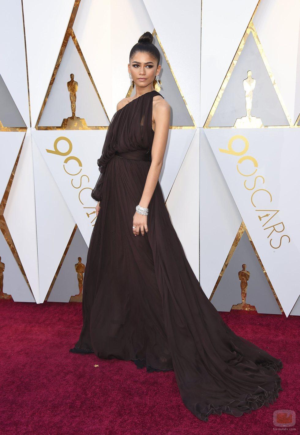 Zendaya posa en la alfombra roja de los Oscar 2018