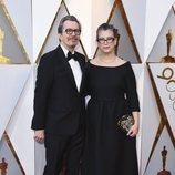 Gary Oldman y Gisele Schmidt posan en la alfombra roja de los Oscar 2018