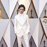 Timothée Chalamet posa en la alfombra roja de los Oscar 2018