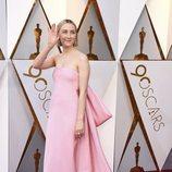 Saoirse Ronan posa en la alfombra roja de los Oscar 2018
