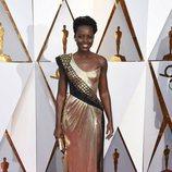 Lupita Nyong'o posa en la alfombra roja de los Oscar 2018