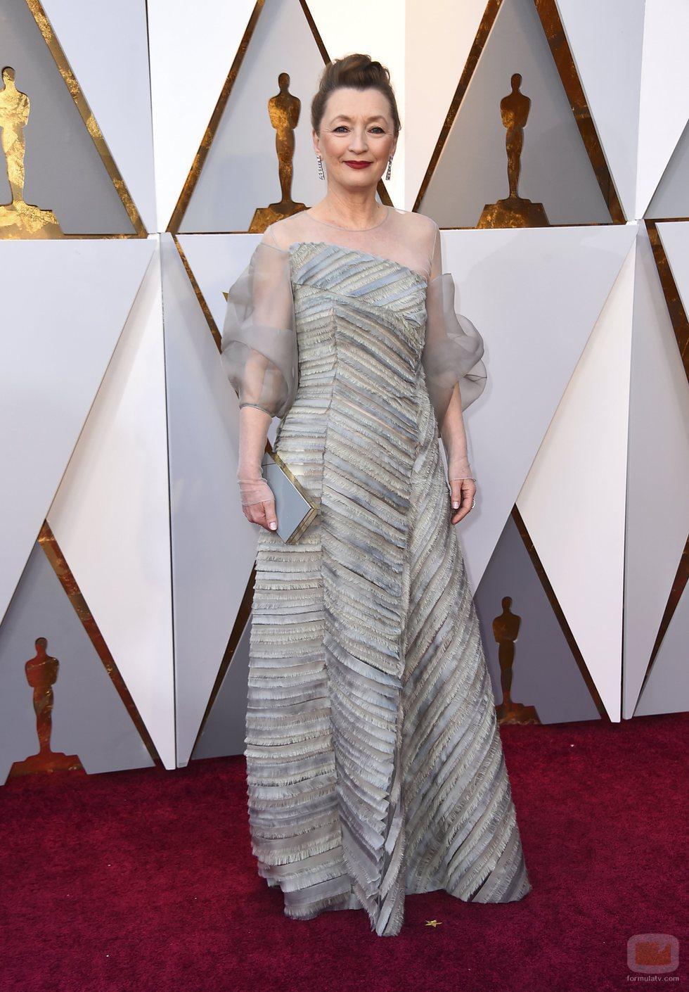 Lesley Manville posa en la alfombra roja de los Oscar 2018