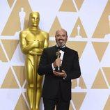 Mark Bridges posa con el Oscar a Mejor Diseño de Vestuario