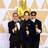 Jeffrey A. Melvin, Paul Denham Austerberry y Shane Vieau posan con el Oscar a Mejor Diseño de Producción