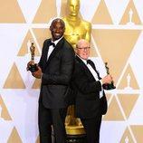 Kobe Bryant y Glen Keane posan con el Oscar a Mejor Cortometraje Animado