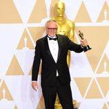 Lee Smith posa con el Oscar a Mejor Edición