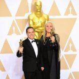 Lee Unkrich y Darla K. Andersen posan con el Oscar a Mejor Película Animada