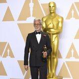 Frank Stiefel posa con el Oscar a Mejor Cortometraje Documental