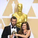 Chris Overton y Rachel Shenton posan con el Oscar a Mejor Cortometraje