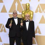 Alex Gibson y Richard King posan con el Oscar a Mejor Edición de Sonido