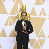 Alexandre Desplat posa con el Oscar a Mejor Banda Sonora