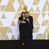 Kristen Anderson-Lopez y Robert Lopez posan con el Oscar a Mejor Canción