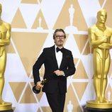 Gary Oldman posa con el Oscar a Mejor Actor
