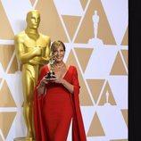Allison Janney posa con el Oscar a Mejor Actriz Secundaria