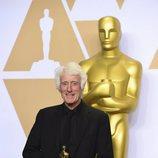 Roger Deakins posa con el Oscar a Mejor Fotografía