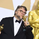 Guillermo del Toro posa con los Oscar a Mejor Película y Mejor Director